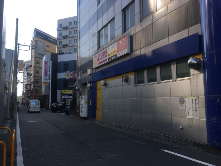 ①出入口1に出るとマツキヨが見えます。左に向かって高架沿いを歩いていきます。