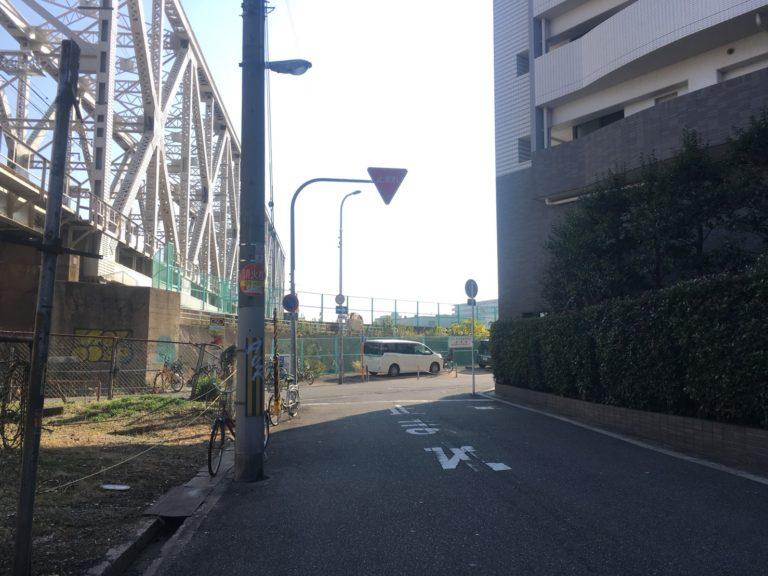 ②木津川に突き当たるのでそこを右に曲がってまっすぐ進んでいきます。