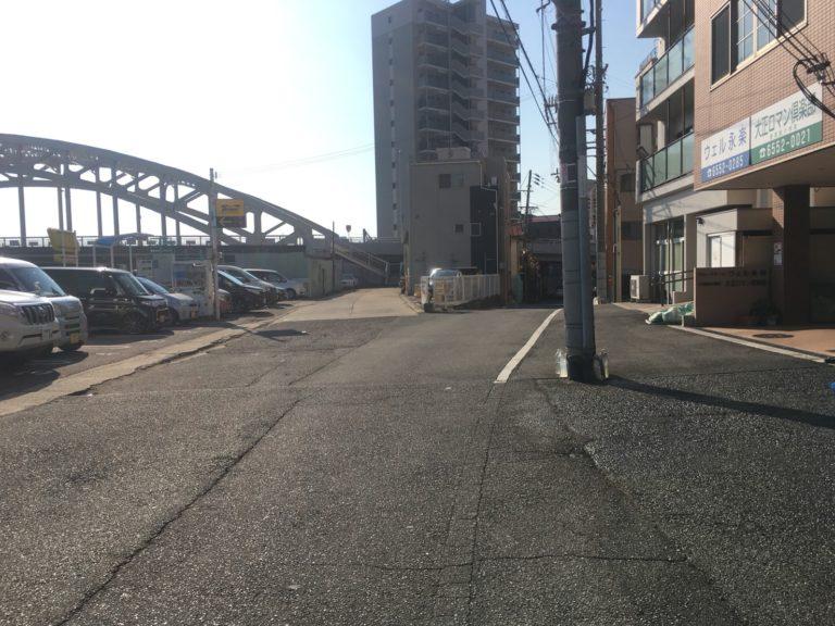 ③Y字路を右へ進んでそのまま道路の下をくぐります。